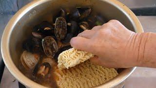 55년 경력, 해녀가 끓여주는 5천원짜리 해물라면 / korean seafood noodles ramyeon - korean street food / 속골할망라면