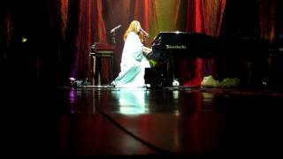 Tori Amos - Carry - St. Petersburg 30.9.2011 (Chill the f**k out!)