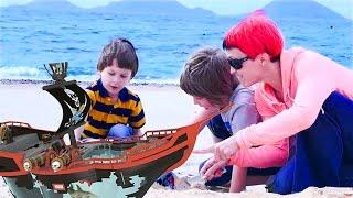 Видео для детей. Маша (Капуки Кануки), Марк и Адриан: игры, пираты! Видео про игрушки.