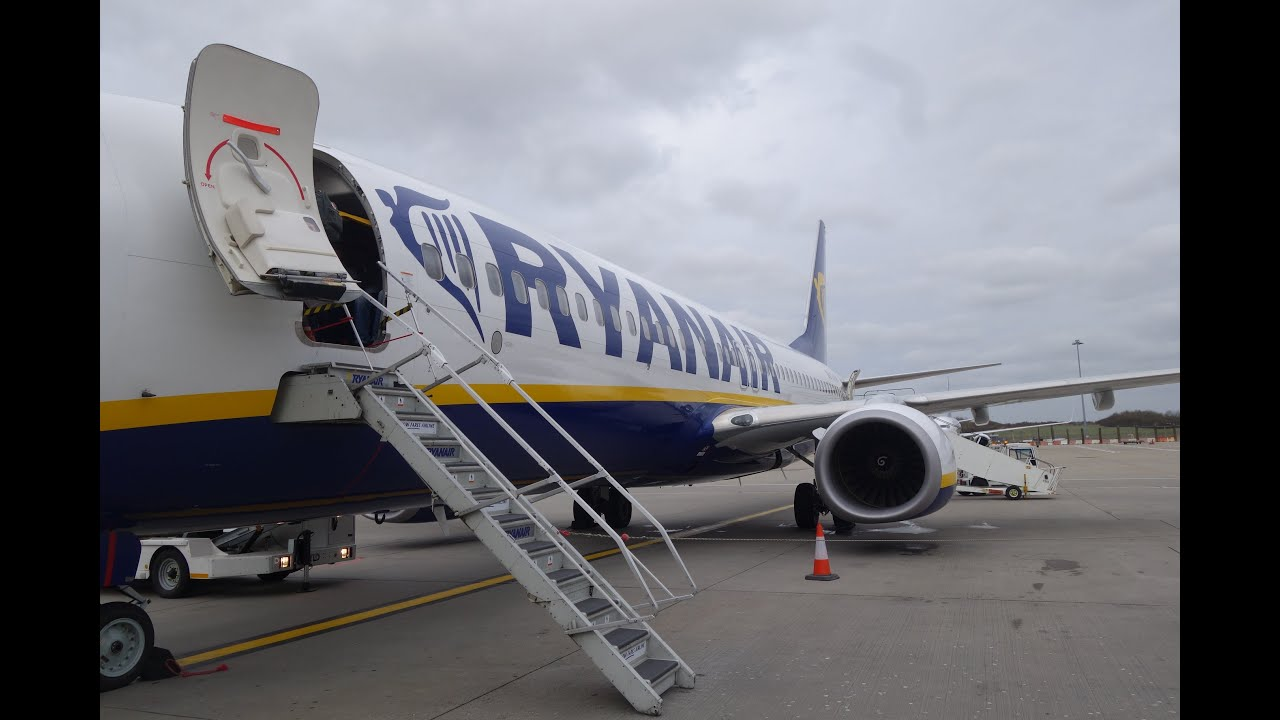 Ryanair Flight FR 972 London Stansted to Genoa Italy Passengers Clap Boeing 737-800 - YouTube
