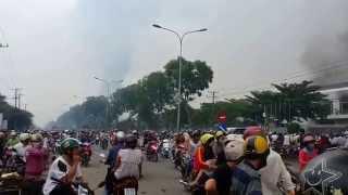 Repeat youtube video Bạo động ở Bình Dương cháy ở công ty ASAMA KCN Sóng Thần 2. Dĩ An sáng 14- 05 -2014