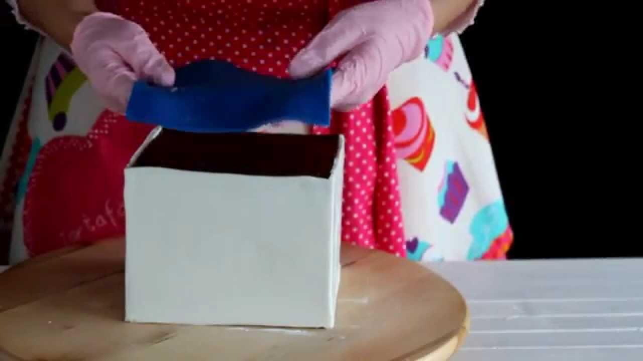C mo forrar una tarta cuadrada con fondant 2 parte tarta - Como forrar una caja con tela ...