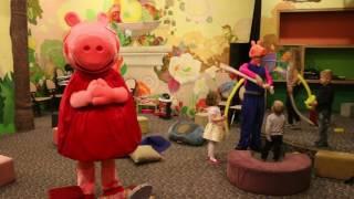 Свинка Пеппа ростовая кукла и аниматор Джордж играют с детьми