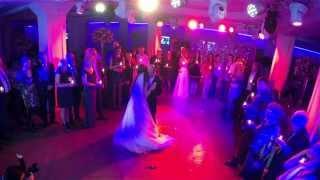 Танец отца и дочери на свадьбе.