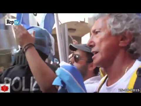 """Premier Renzi Contestato a l' Aquila alle grida di """" Vattene dall' Abruzzo""""  25-08-2015"""