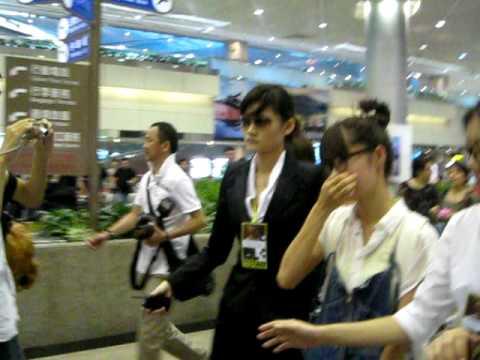 Aoi Miyazaki: Solanin Taipei promotion宮崎葵宣傳新片(手拉你)之機場接機篇-100813