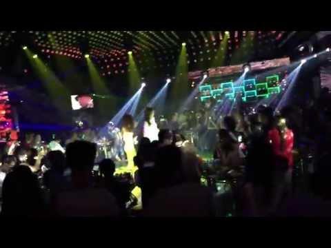 Đông Nhi live tại bar Đêm Màu Hồng Bình Dương