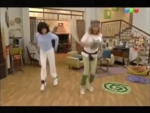 Moni Argento y Maria Elena Fuseneco bailando y cantando (Casados con hijos)