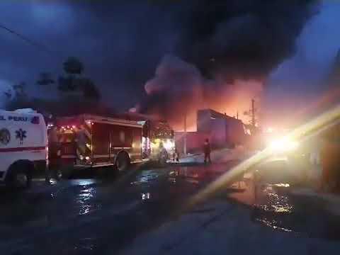 Bomberos controlan incendio en fábrica textil que operaba sin licencias