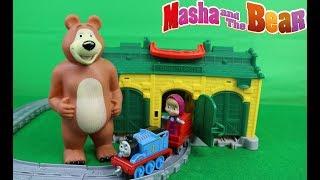 Koca Ayı İle Masha Oyuncak Tren İstasyonunda Çocuk Oyunu Oynuyorlar
