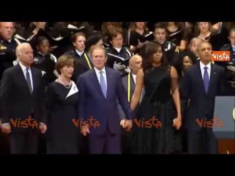 Dallas, Bush imbarazza gli Obama cantando e ballando durante la commemorazione