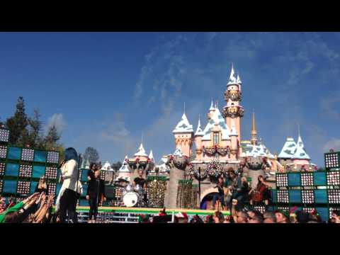 Demi Lovato - Let It Go - Full Disney Parks Christmas Day Performance 2013