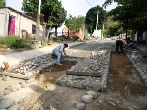 Empedrado ahogado en cemento col piedra blanca youtube for Camino de piedra jardin