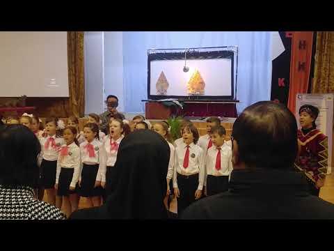 Anak-anak Sekolah Rusia Menyanyikan Lagu Indonesia Raya
