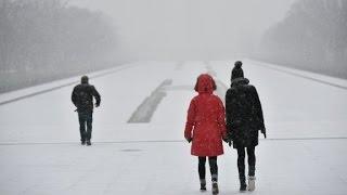 Crippling blizzards hit East Coast thumbnail