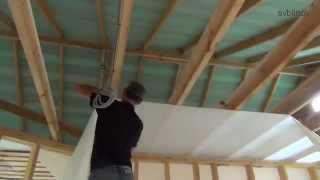 видео Установка гипсокартона на стены и потолок в каркасном доме