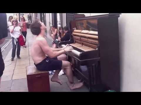клево играет на пианино!!!