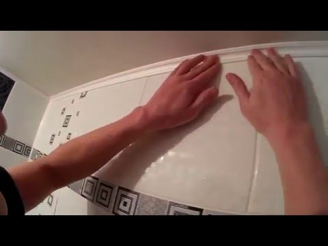 Клеим потолочные плинтуса в ванне