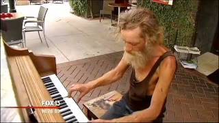 Homeless 'piano man' attracts attention in Florida