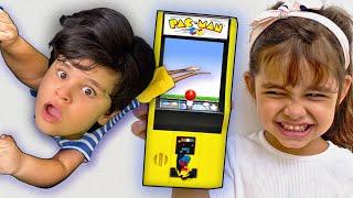 Kai Finge Brincar Dentro do Video Game | Fun Stories About Games For Kids