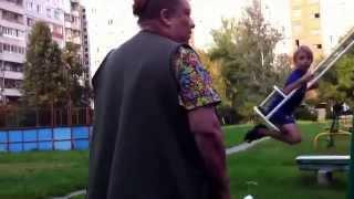 Злая бабка не дает покататься на качелях/Wicked grandmother does not ride on the swing