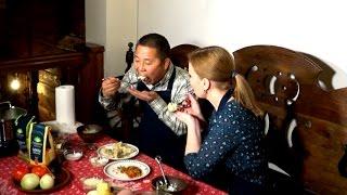 Гость из Китая готовит и пробует блюда русской кухни