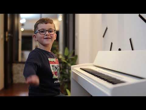 Игорь играет на пиано мелодии к известным  играм MINECRAFT , SLENDRINA , GRANNY