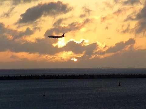 夕日の中を着陸する航空機