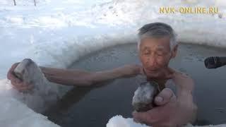 Жители Чурапчинского района Якутии купаются в проруби в 40-градусный мороз