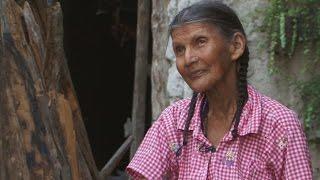 Una anciana vive en una cueva en las montañas hace 50 años