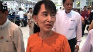 スー・チーさんが24年ぶり外遊 国会議員として初(12/05/29)
