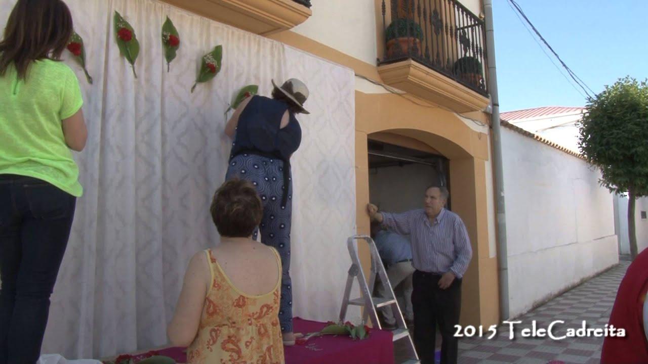 Construccin del altar en calle Labradores para Corpus