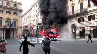 ROMA: ESPLOSIONE BUS, PAURA IN CENTRO, CIRCOLAZIONE IN TILT.