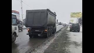 Страшный гололед и ледяной дождь в Шахтах парализовал движение транспорта
