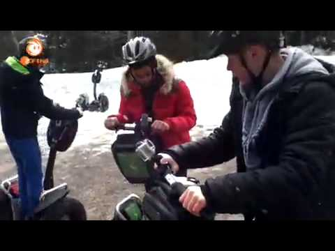 Die Jungs-WG im Schnee Handyvideos; Mit den Segways zum Kochkurs