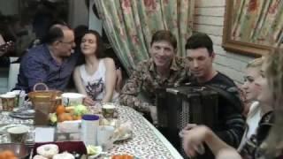 """На скамеечке вдвоём мы сидели вдвоём. На улице Болотова сидел ансамбль """"Калина"""" и хорошие люди."""