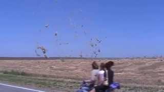 смерч торнадо в степи на юге  whirlwind     龙卷风(смерч в херсонской области в 20 км от берислава в направлении б александровки tornado in Ukraine near Kherson., 2013-06-28T14:34:56.000Z)