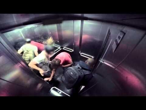 Застрявшие в лифте с парнем с диареей