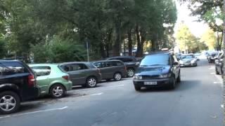 Șoferul ignoră semnele de circulație și spune că nu știe cine le-a pus acolo
