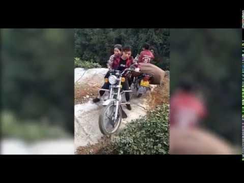La increíble habilidad de motociclistas para subir una montaña