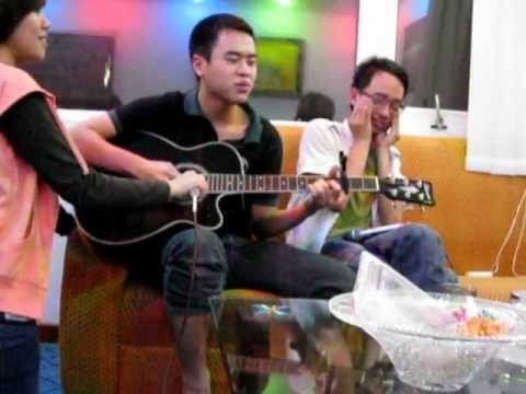 B-day song performed by Tổ Ong Allstars w. guitar