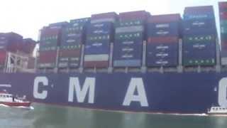 عبور اكبر سفينة جاويات فرنسية قناة السويس الجديدة والمواطنون يوجهون التحية لها