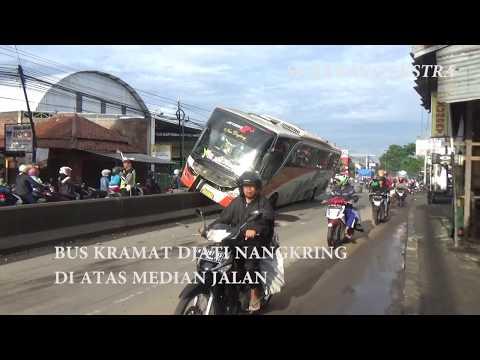 Kok Bisa, Bus Kramat Djati Nangkring di Atas Median Setinggi Setengah Meter?
