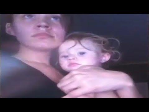 Она поёт с дочерью на руках. Когда ты узнаешь, что скрывается за этой историей то будешь поражен.