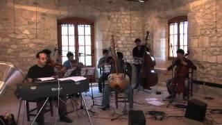 Nino Galissa assajant amb Aupa String Quartet i Cordes del món projecte musical