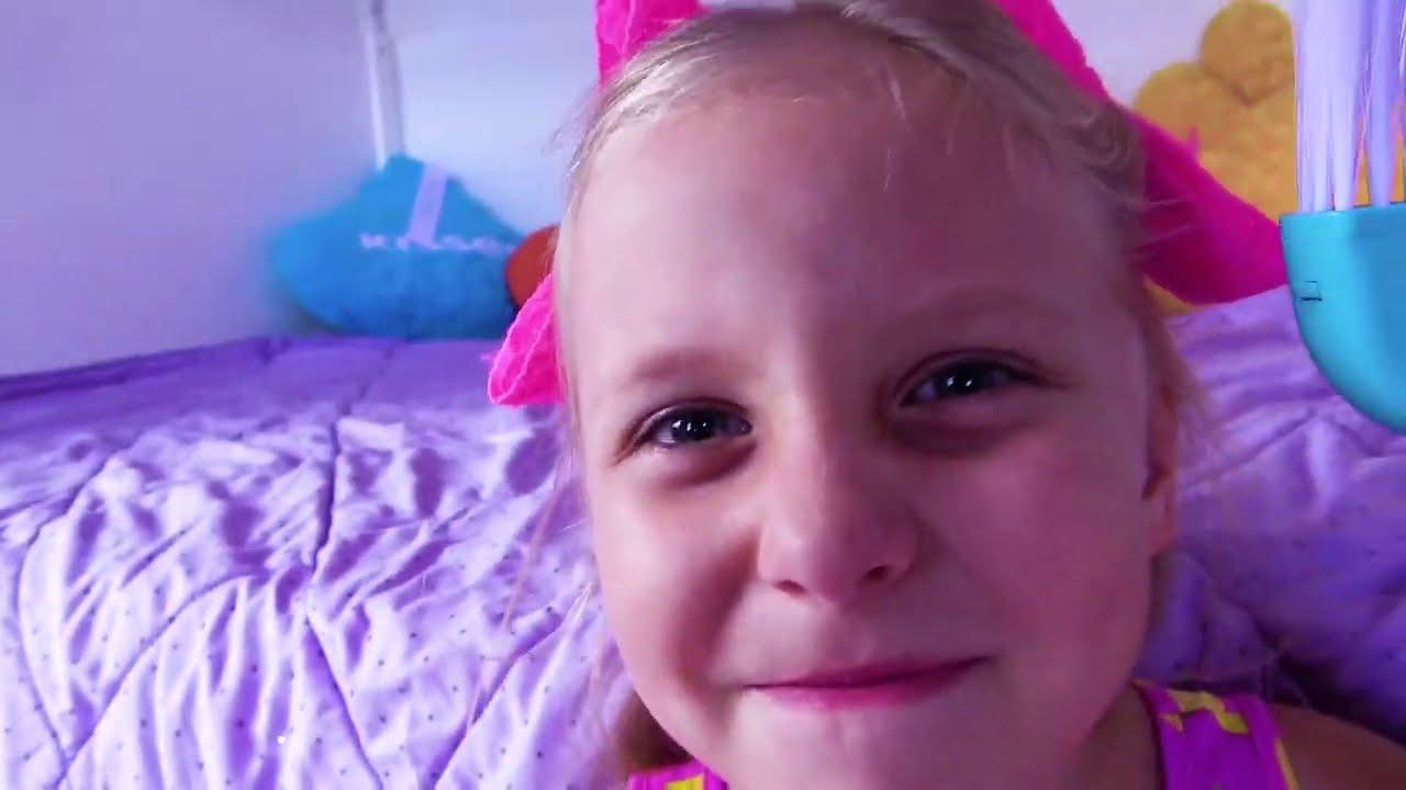 Papá y mamá quieren jugar con Alicia y la pequeña Eva