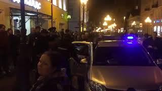 Мусора беспричинно избили девушку на Маросейке в Москве, а потом заступившегося за нее ее парня