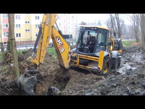 Экскаватор - погрузчик JCB 4CX работает в жидкой грязи