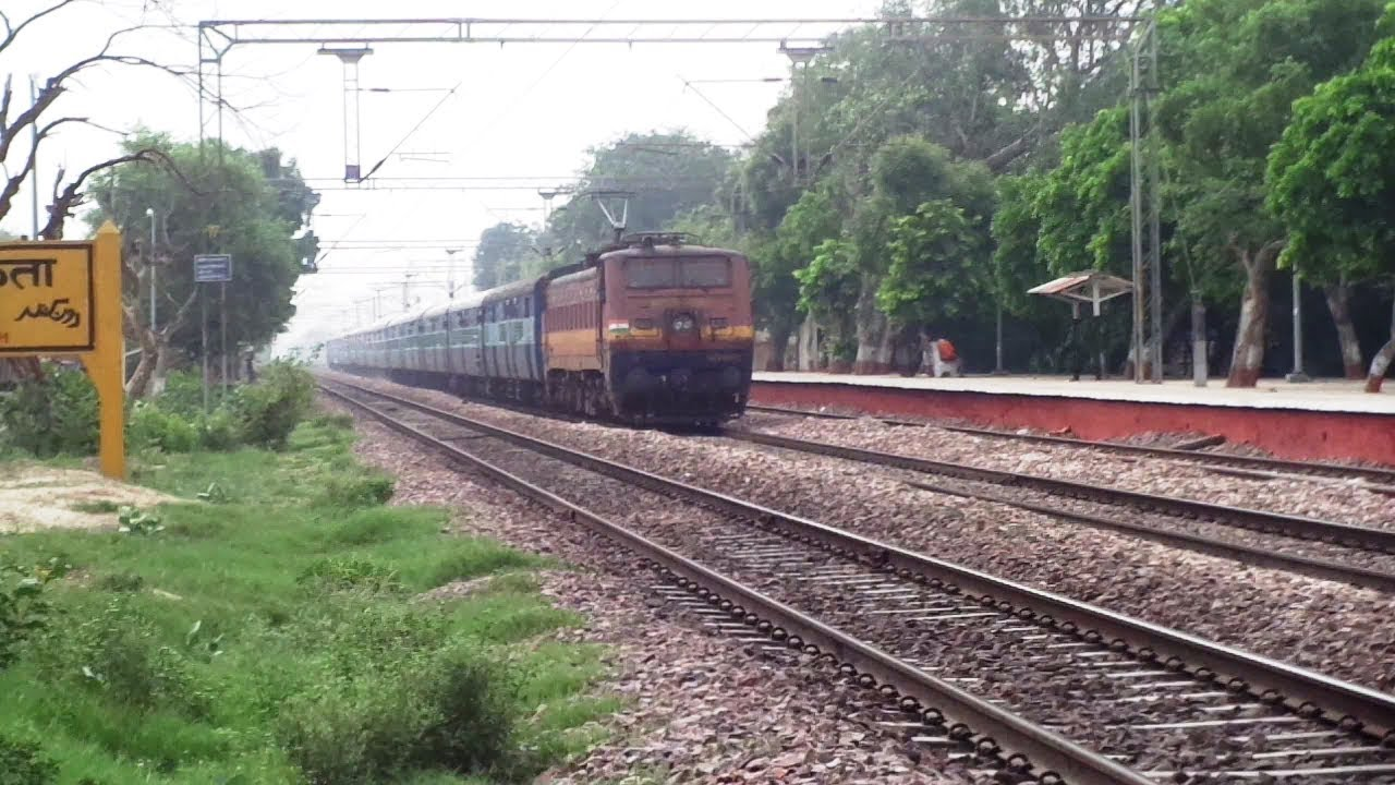 22457 HS Nanded - Una Himachal SF Express Sparkling Through Runkuta At MPS.