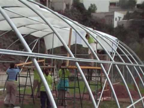 Montaje completo plastico invernadero youtube for Estructura vivero